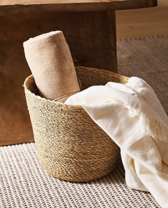 """Basket with warm blankets.<span class=""""sr-only""""> (opened in a new window/tab)</span>"""