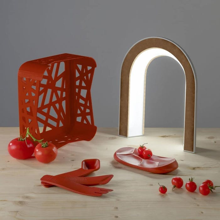 """Circular design kitchen utensils: a plate, cutlery and a small crate made out of tomato peels.<span class=""""sr-only""""> (opened in a new window/tab)</span>"""